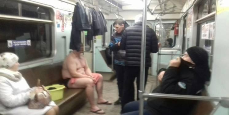 Недовольный пассажир разделся догола на новосибирском вокзале