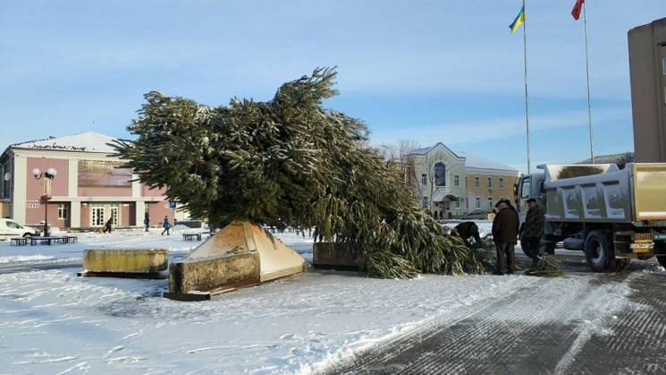 У Золотоноші на Черкащині буревій зламав головну новорічну ялинку (ФОТО)