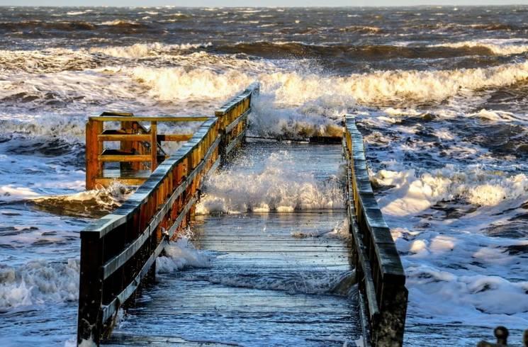 На российском курорте шторм разрушил наб…