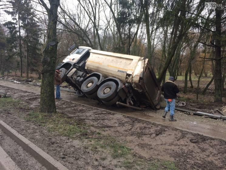 """В Тернополе под грузовиком """"разверзлась…"""