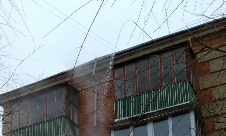 У Хмельницькому просто на голови перехожим ллється окріп з даху багатоповерхівки (ФОТО)