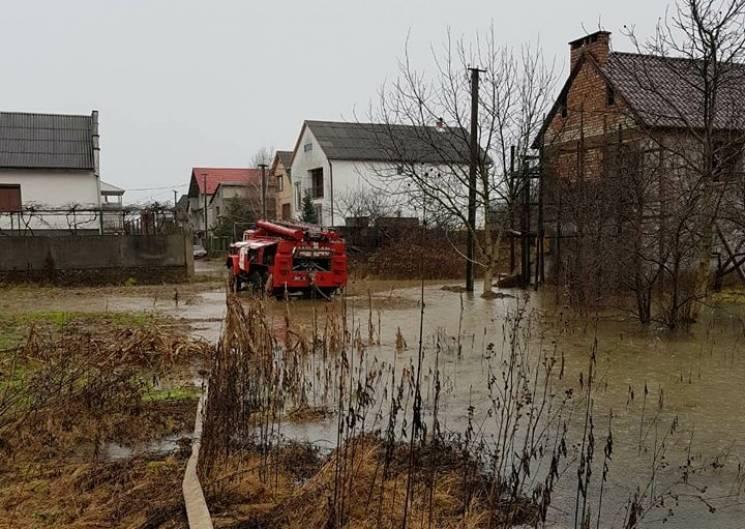 Паводкова ситуація на Закарпатті стабілізувалася, на річках знижується рівень води