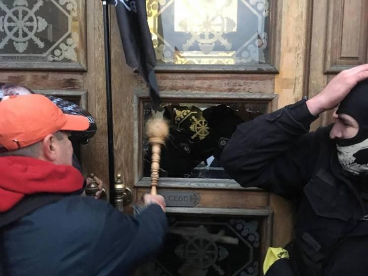 Соратники Саакашвілі штурмують Жовтневий палац уКиєві: з'явилося відео