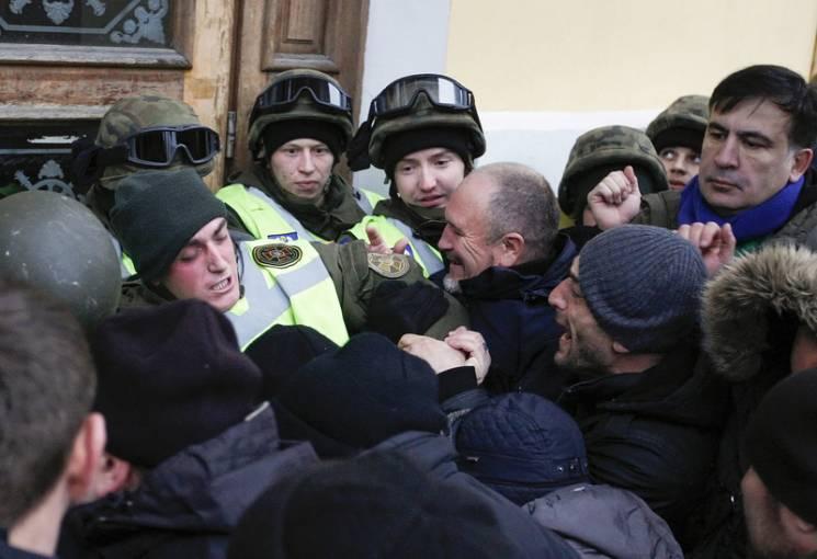 УЖовтневому палаці сталися сутички: правоохоронці застосували газ