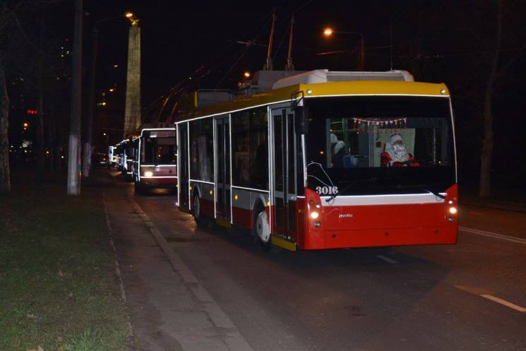 ВОдессе прошел парад новогодних троллейбусов