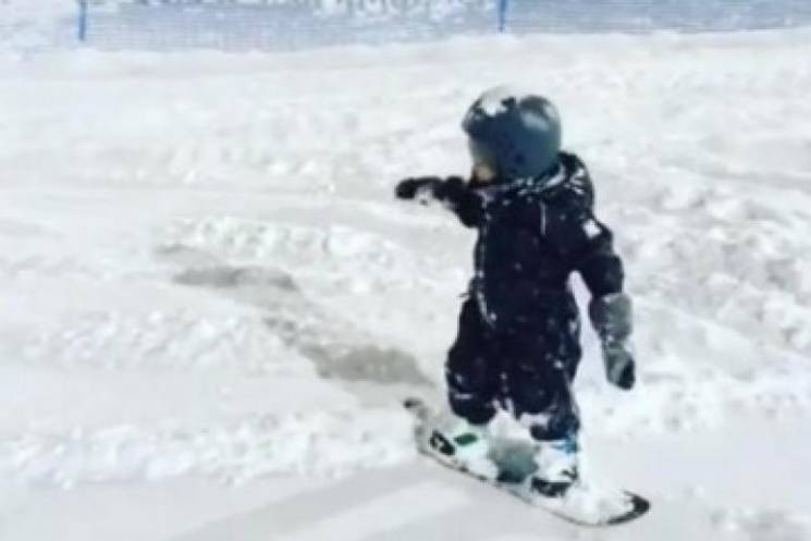 В горах Сочи заметили трехлетнего сноубо…