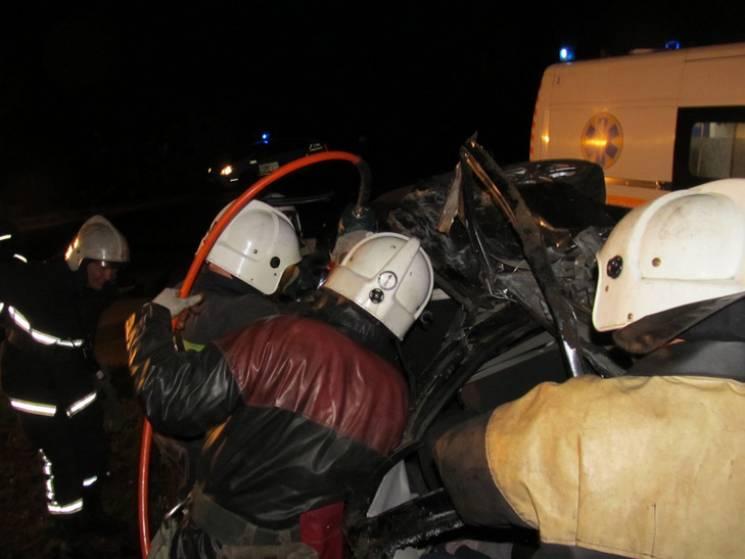 На Прикарпатті зіткнулися легковик і вантажівка. Водія легкового автомобіля із понівеченого салону вдалося витягнути тільки рятувальникам