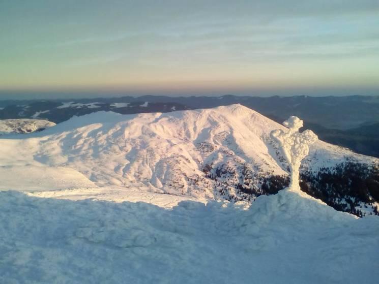 Рятувальники показали світлини з вершини гори Піп Іван