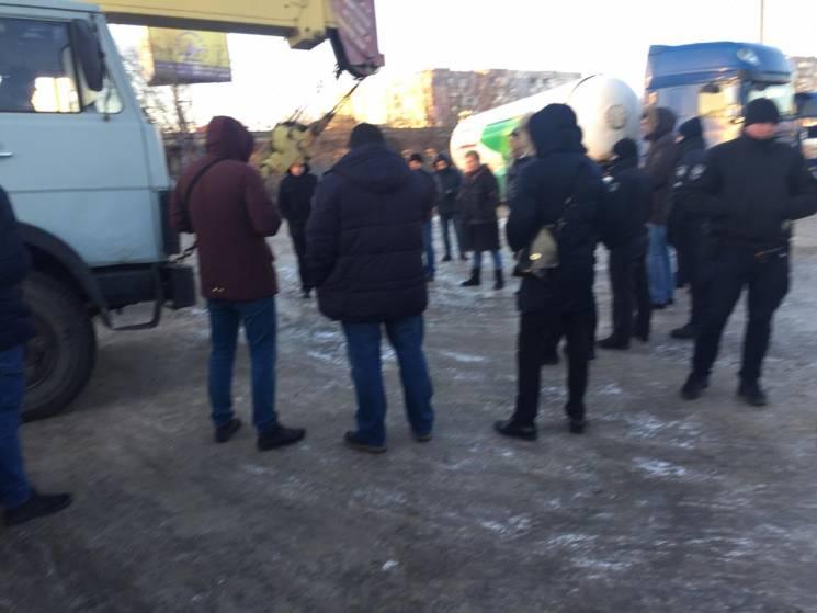 У Кропивницькому депутат з Черкас заважав демонтажу нелегальної АГЗС своєї сестри