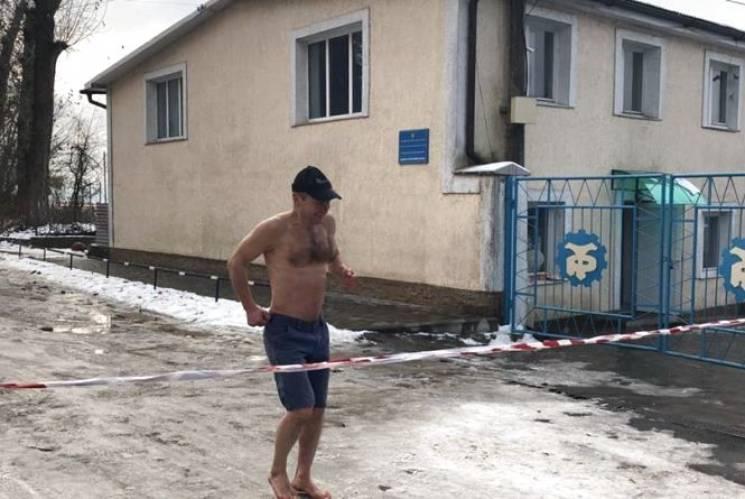 Босий рекорд: Житель Тернопільщини здолав забіг навколо ставу в одних трусах