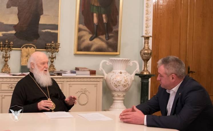 Патріарх Філарет зустрівся з батьком військовополоненого моряка Василя Сороки