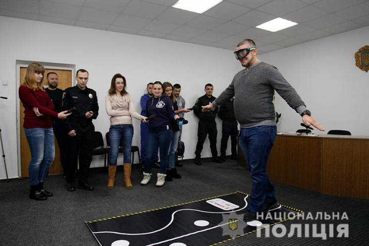 """Хмельницькі патрульні запропонували активістам і ЗМІ одягти """"п'яні окуляри"""" (ФОТО, ВІДЕО)"""