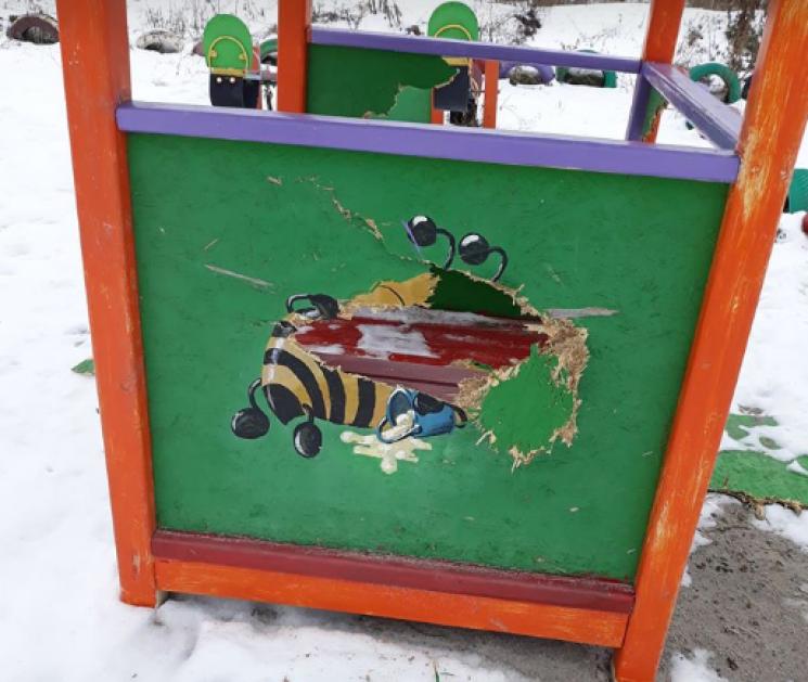 Руки б повиламувати: У Кропивницькому невідомі вандали розтрощили новий дитячий майданчик (ФОТО)