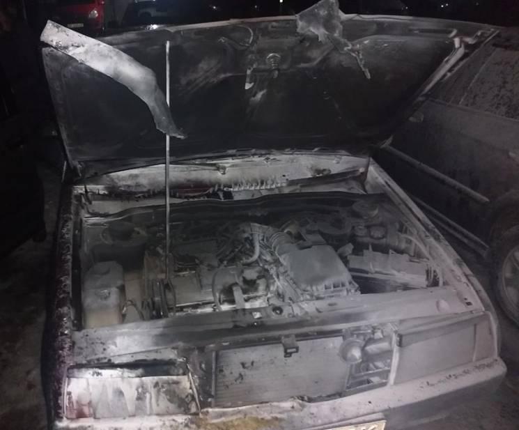 """У Херсоні автостоянку закидали """"коктейлями Молотова"""" – згоріли три легковики (ФОТО)"""