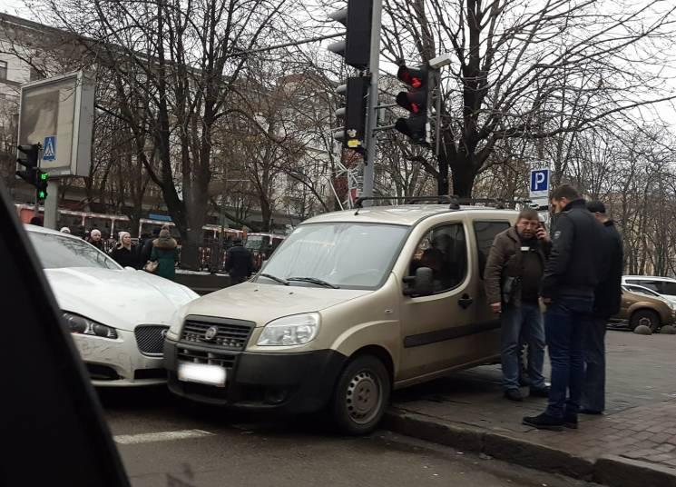 У центрі Дніпра дві автівки не поділили тротуар (ФОТО)