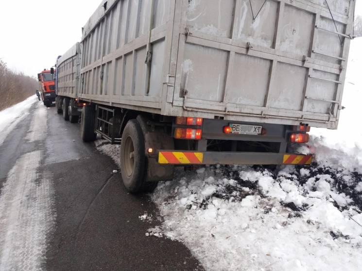 На Кропивниччині чотири автівки застрягли посеред дороги в степу (ФОТО)