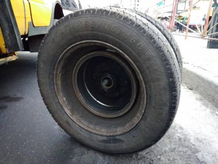 У Хмельницькому в переповненої маршрутки на ходу відвалилося колесо