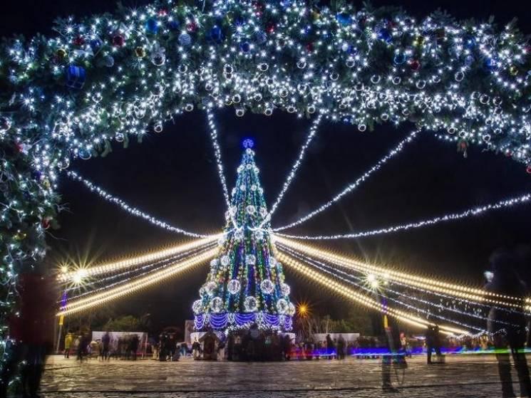 """Світлодіодні арки та новорічний """"водограй"""": Як Кременчук прикрашають до свят (ФОТО)"""