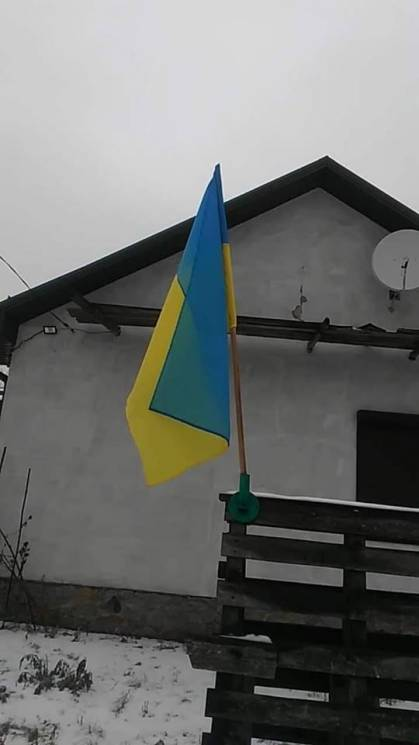 """На Дніпропетровщині """"ватника"""", що розірвав прапор України, примусили повісити новий та вибачитися"""