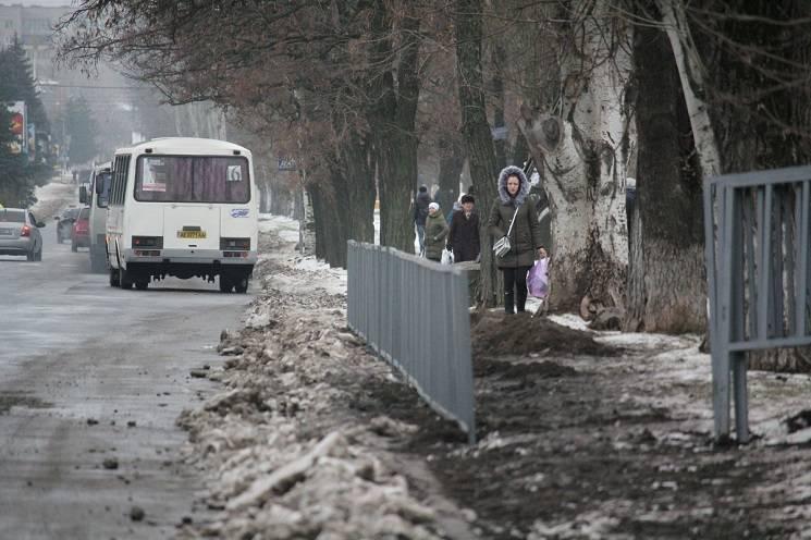 Як у Нікополі встановлюють пішохідну огорожу у брудний сніг (ФОТО)