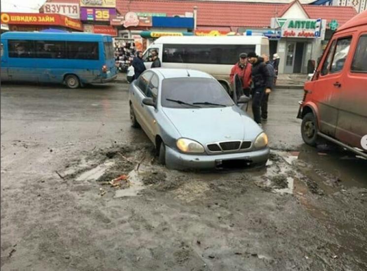 У центрі Мелітополя утворилася грязьова пастка для водіїв (ФОТО)