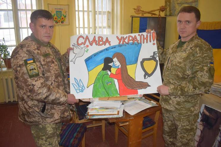 Листи героям: У Кропивницькому спецпризначенці отримали малюнки від школярів (ФОТО)