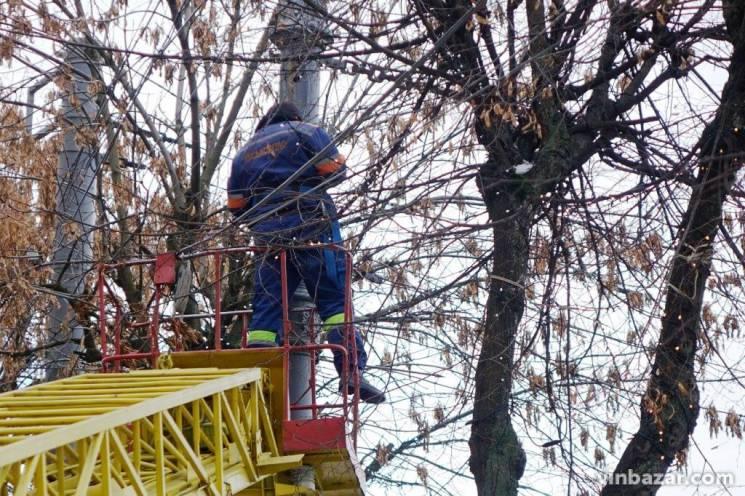 У центрі Вінниці розвішують гірлянди (ФОТО)