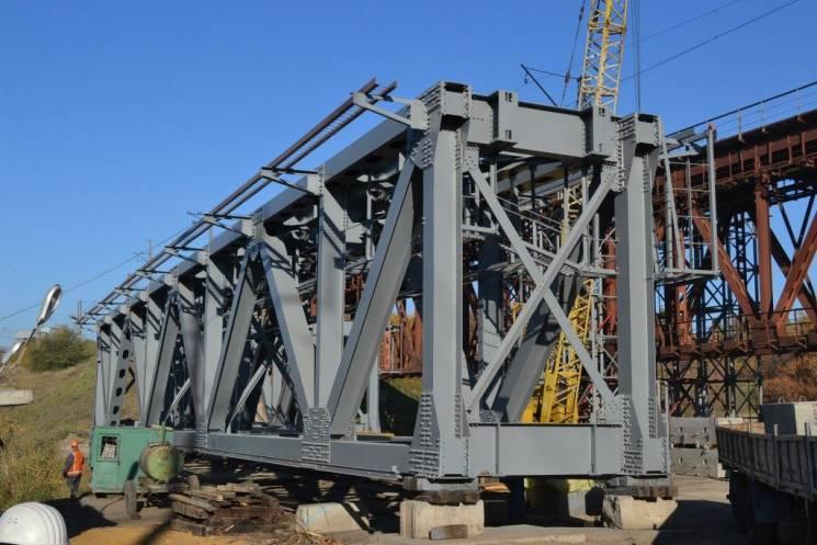 На Запоріжжі через ремонт 115-річного залізничного мосту змінені графіки руху низки поїздів