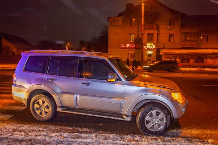 На правому березі Дніпра чоловік напідпитку вискочив на дорогу та потрапив під іномарку (ФОТО)