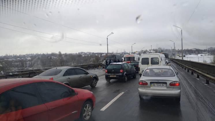 На Південному мості Дніпра величезний затор через ДТП (ФОТО)