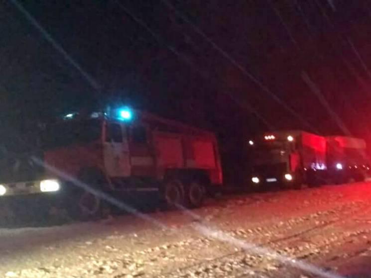 На Полтавщині бійці ДСНС вивільнили вантажівку з двома людьми зі снігової пастки