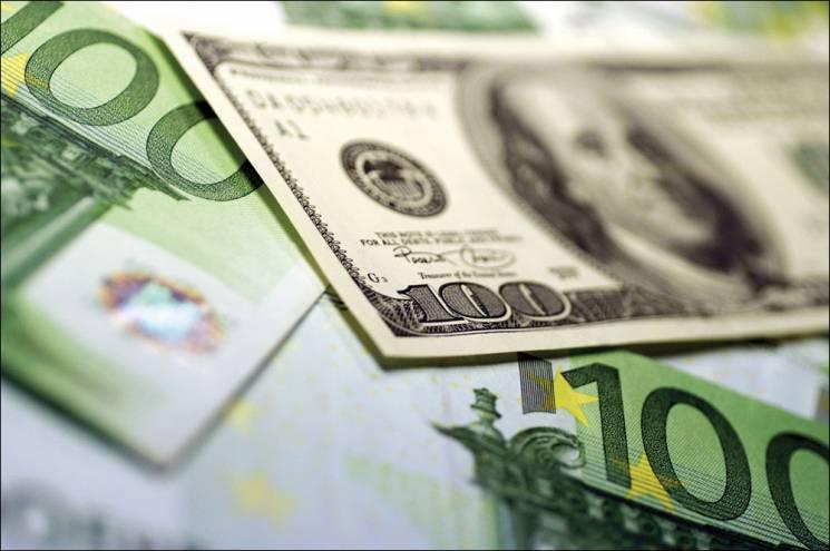Напередодні вихідних долар в столичних обмінниках продовжив падіння