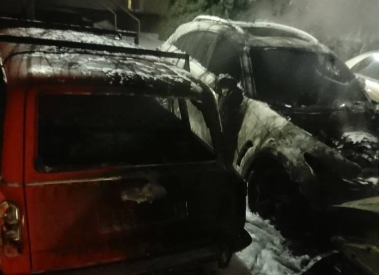 У Кам'янському спалахнули одразу шість автівок (ФОТО)