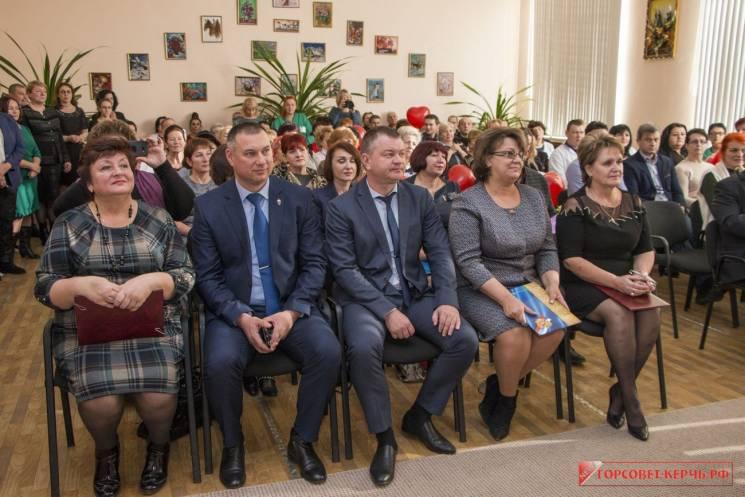 """Про """"міністрів"""" і людей: У Криму помпезно відсвяткували ювілей божевільні"""