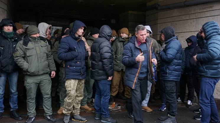 """У Дніпрі сутички біля офісу партії """"УКРОП"""": Люди в камуфляжі заблокували вхід до приміщення (ВІДЕО)"""