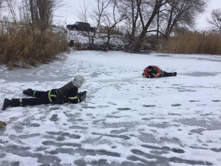 Рятувальники повзають по озеру на Дніпропетровщині (ФОТО)