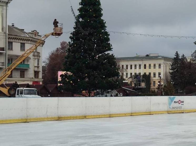 В центре Тернополя заливают гигантский к…