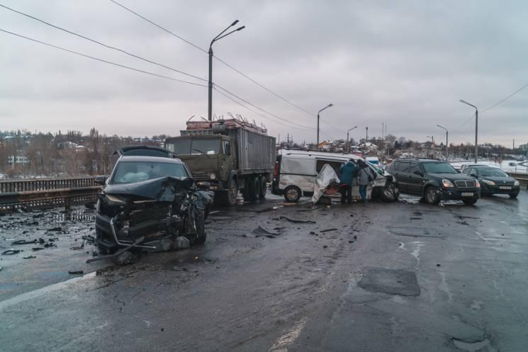 З'явилося відео зіткнення автівок на Південному мості у Дніпрі (ВІДЕО)