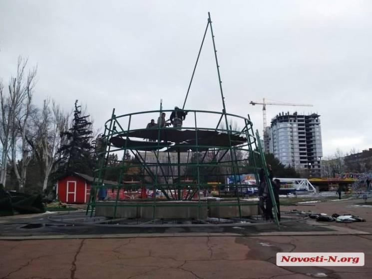 В Миколаєві почали монтувати новорічну ялинку (ФОТО)