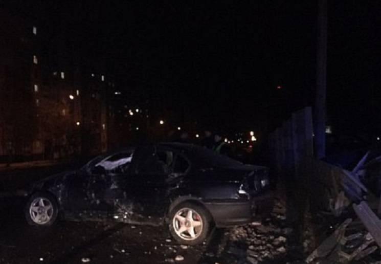 У Кривому Розі іномарка знесла паркан стоянки і пошкодила десяток автівок (ФОТО)