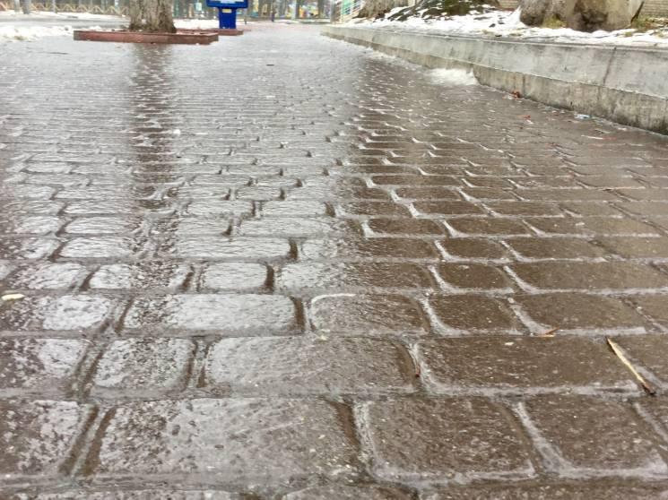 У Хмельницькому дороги й тротуари вкрила ожеледиця (ФОТО)