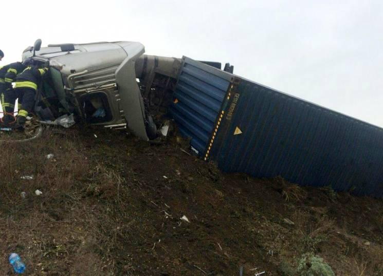 На Клеверному мосту перекинулася вантажівка (ФОТО)