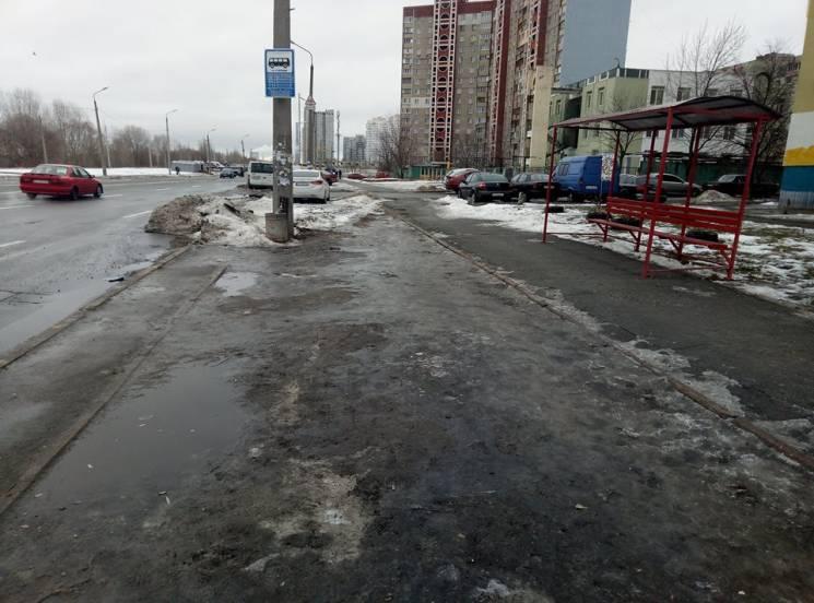 Суровый Киев: Пассажиров заставляют за восемь гривен стоять в грязи на остановках (ФОТО)