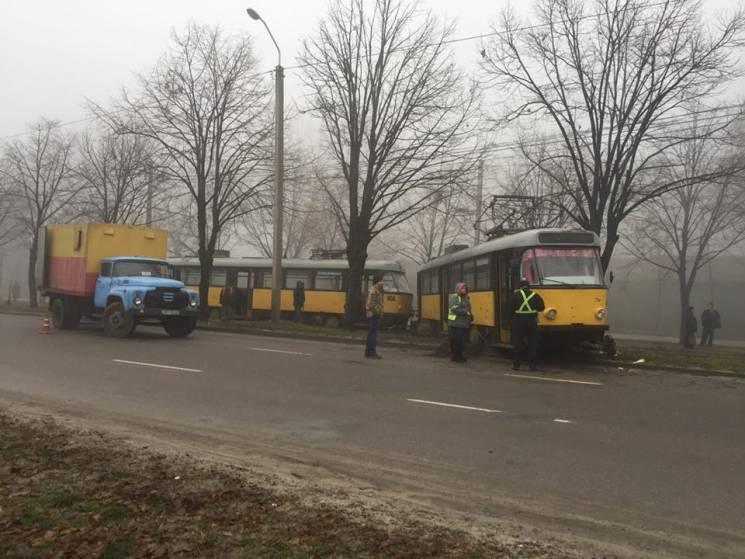 У Дніпрі трамвай ледве не протаранив дер…