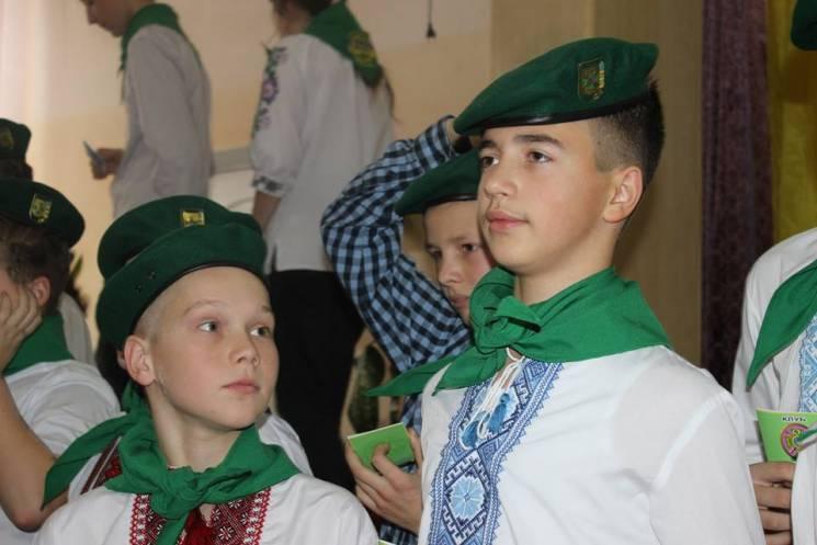 """У Хмельницькому школярі першими стали в однострій """"зелених кашкетів"""" НАДПСУ"""