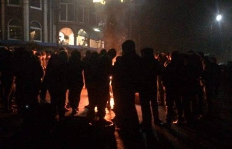 На Закарпатті селяни перекрили трасу та палять шини через рішення суду (ВІДЕО)