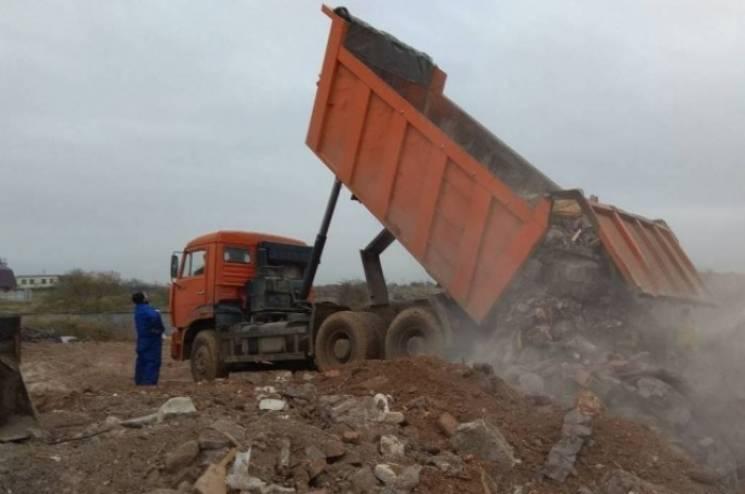 В окупованому Криму унікальну бухту завалили будівельним сміттям