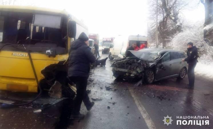 Водій легківки з Миколаївщини протаранив автобус з Вінниці на Хмельниччині. Є травмовані