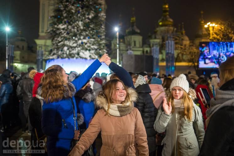 Відео дня: Запалювання ялинки у Києві і бійка на російському телеканалі