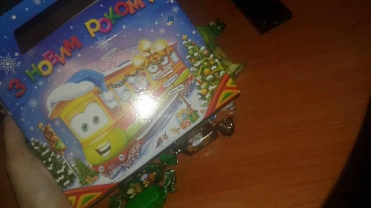 На Запоріжжі бюджетні новорічні подарунки викидають на смітник: цукерки гидкі, склад невідомий (ФОТО)